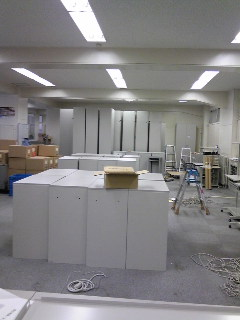 090806_100324 モノが運び出されてロッカーだけ残る事務室。モノがないとこれだけ広いの
